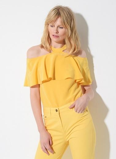 Zeynep Ökmen Omuzları Açık Volanlı İpek Bluz Sarı